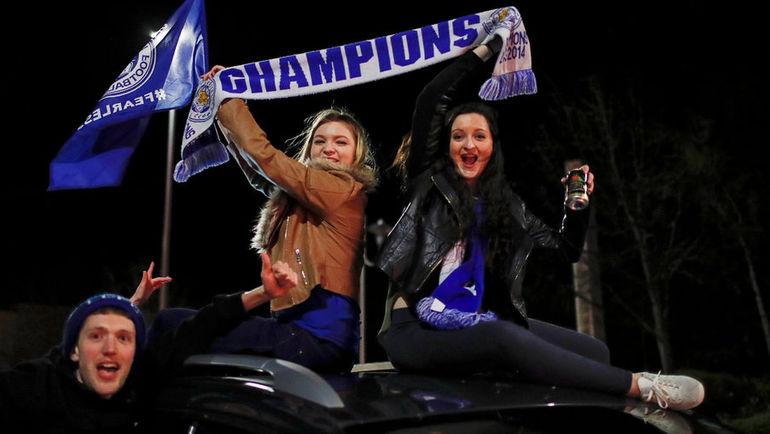 """Болельщики """"Лестера"""" празднуют победу команды в чемпионате Англии."""