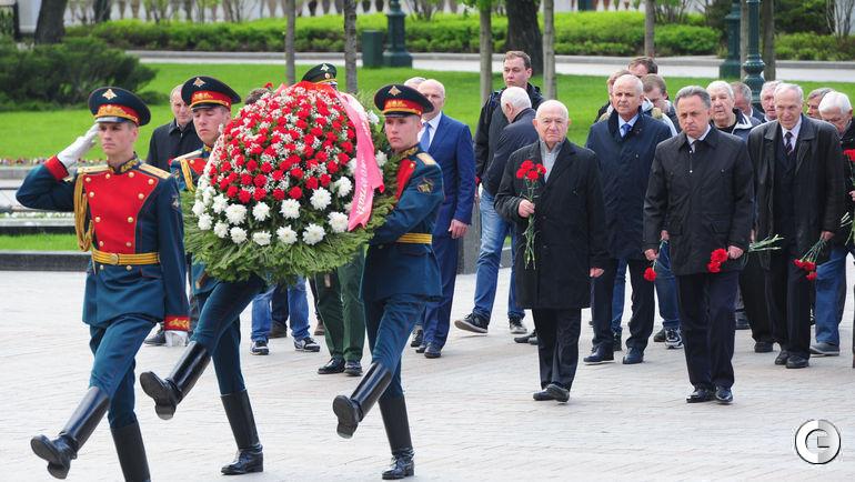 Сегодня. Москва. Возложение цветов от ветеранов футбола к Могиле Неизвестного солдата у Кремлевской стены.