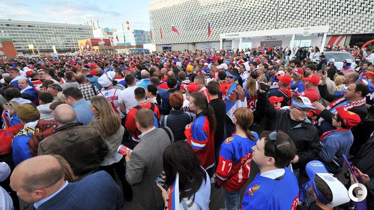 Сегодня. Москва. Болельщики идут на хоккей сборных России и Чехии.