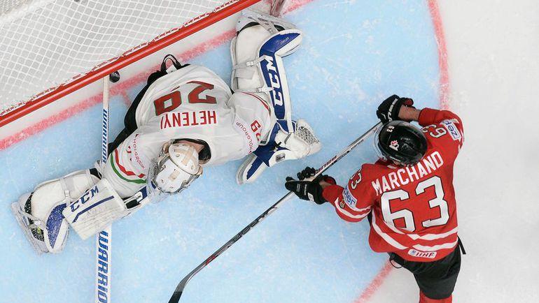 Воскресенье. Санкт-Петербург. Венгрия - Канада - 1:7. Брэд МАРШАН забрасывает шайбу в ворота венгерской команды. Фото AFP