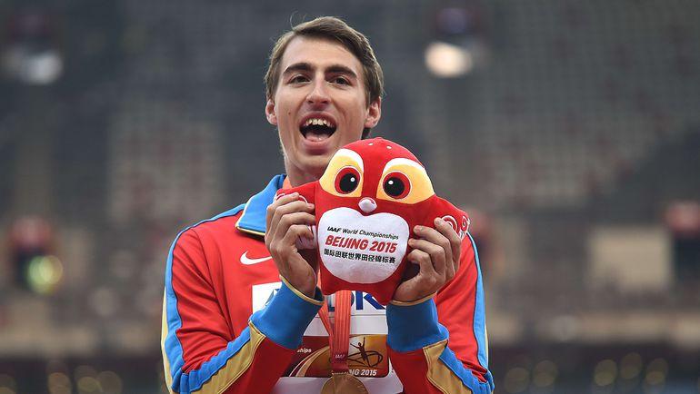 Сергей ШУБЕНКОВ с талисманом чемпионата мира-2015 в Пекине. Фото Reuters