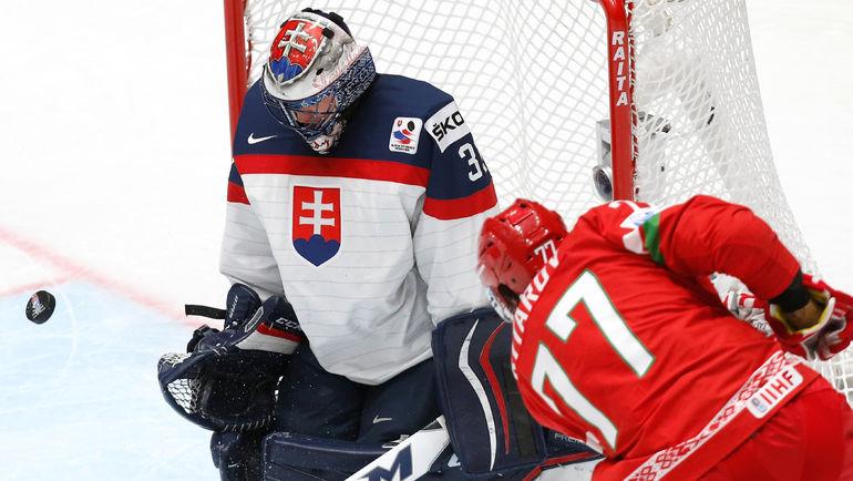 Сегодня. Санкт-Петербург. Словакия - Белоруссия - 2:4. Александр КИТАРОВ атакует ворота Юлиуса ГУДАЧЕКА. Фото Reuters