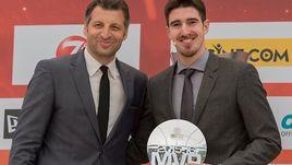 Нандо ДЕ КОЛО (справа) с призом MVP и экс-игрок ЦСКА Теодорос ПАПАЛУКАС.