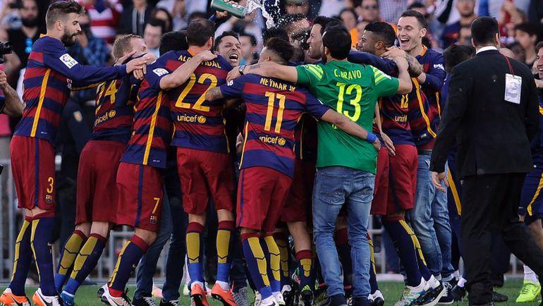 """Суббота. Гранада. """"Гранада"""" - """"Барселона"""" - 3:0. Игроки """"Барселоны"""" празднуют победу и завоевание чемпионского титула. Фото AFP"""