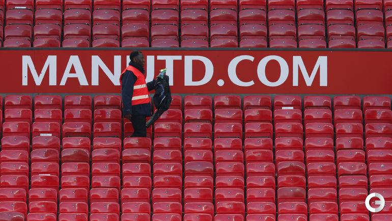 Воскресенье. Манчестер. Болельщики были эвакуированы со стадиона после обнаружения подозрительного пакета.