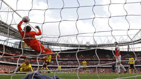 """Воскресенье. Лондон. """"Арсенал"""" - """"Астон Вилла"""" - 4:0. Последний гол в премьер-лиге перед понижением в классе """"Астон Вилла"""" забила себе сама. Фото Reuters"""