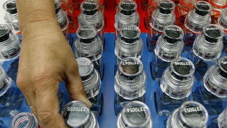 """Бутылочки для допинг-проб """"А"""" и """"Б"""" в 2008-м штамповались более чем по 150 тысяч штук в год. Фото Reuters"""