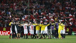 """Игроки """"Севильи"""" празднуют выход в пятый в истории клуба финал Лиги Европы."""