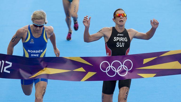 Никола ШПИРИГ (справа) опережает Лизу НОРДЕН на финише олимпийского триатона. Фото AFP