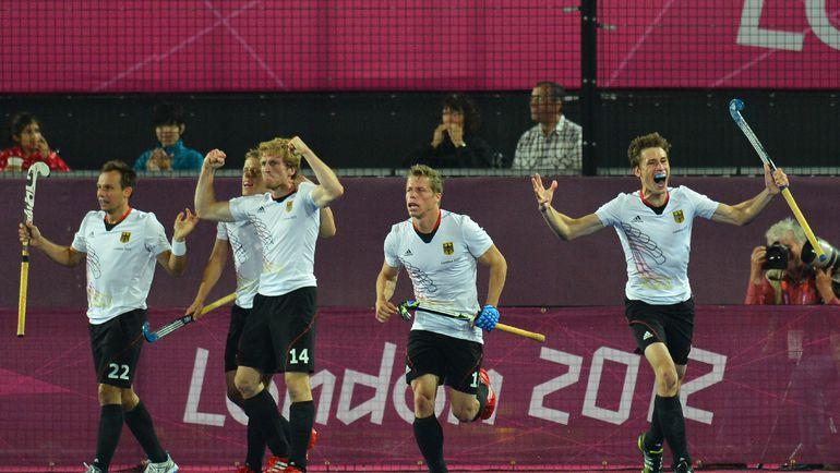 Сегодня. Лондон. Немецкие хоккеисты празднуют гол, забитый в ворота сборной Голландии в финале олимпийского турнира. Фото REUTERS