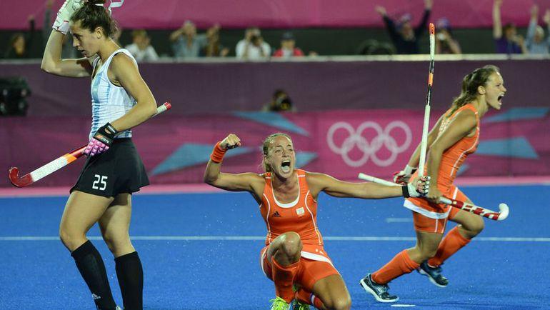 Сегодня. Лондон. В финальном матче олимпийского женского турнира Голландия обыграла Аргентину. Фото AFP