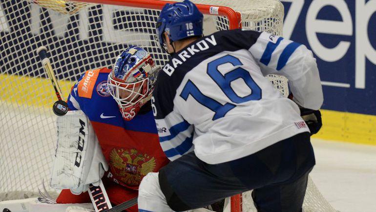Сергей БОБРОВСКИЙ останавливает Александра БАРКОВА. Фото Reuters