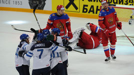 Сегодня. Москва. Финляндия - Россия - 3:1. Игроки сборной Финляндии празднуют одну из трех шайб в ворота россиян.