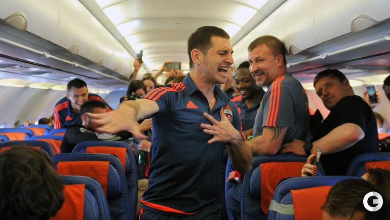 21 мая. Автор золотого гола Алан ДЗАГОЕВ танцует лезгинку в армейском самолете.