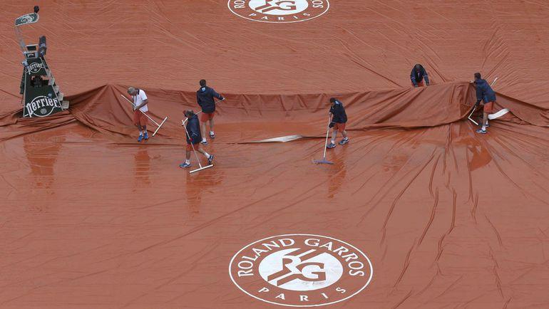 Сегодня. Париж. Дождь вмешался в программу воскресенья. Фото Reuters