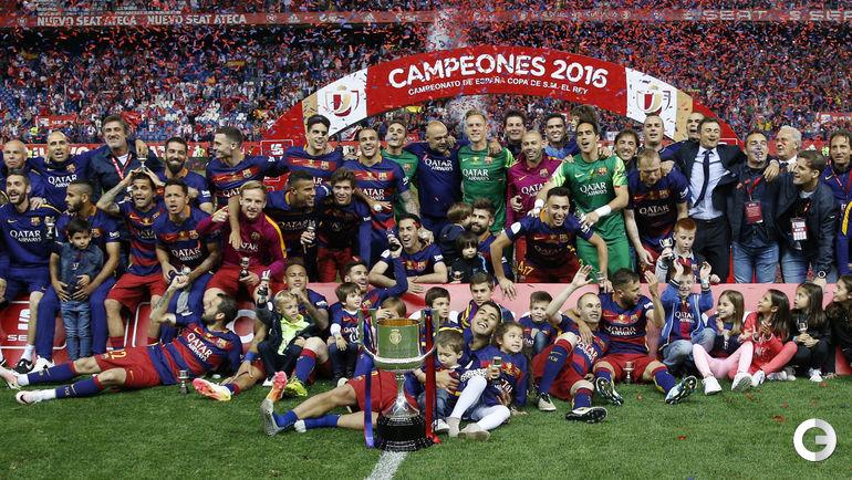 """Воскресенье. Мадрид. """"Барселона"""" - """"Севилья"""" - 2:0. Каталонцы празднуют победу."""