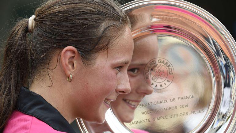 Июнь 2014 года. Париж. Дарья КАСАТКИНА с трофеем победительницы юниорского турнира Roland Garros. Фото AFP