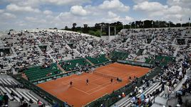 Вид на корт Филиппа Шатрие - главную арену Roland Garros.
