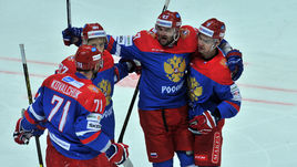 20 декабря 2015 года. Россия - Чехия - 2:4. Александр РАДУЛОВ (в центре) празднует с партнерами заброшенную шайбу.