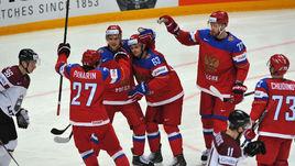 Нападающие СКА и сборной России Вадим ШИПАЧЕВ (третий слева) и Евгений ДАДОНОВ (№ 63) своей игрой на прошедшем чемпионате мира заслужили поездки на Кубок мира.