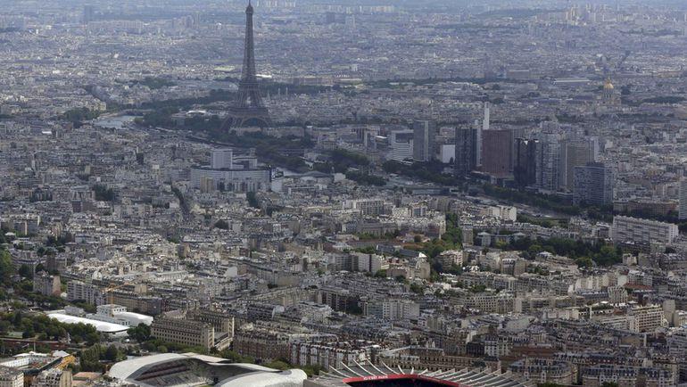 """Париж. Вид на Эйфелеву башню со стороны """"Парк де Пренс"""". Фото Reuters"""