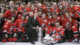 14 сентября 2004 года. Сборная Канады во главе с генеральным менеджером Уэйном ГРЕТЦКИ (слева четвертый) и капитаном Марио ЛЕМЬЕ (пятый слева) - обладатель последнего Кубка мира.