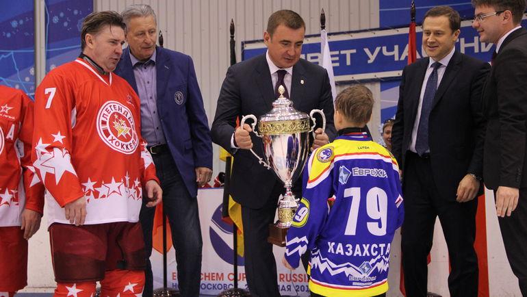 """Генеральный директор МХК """"ЕвроХим"""" Дмитрий Стрежнев поблагодарил Легенд российского и советского хоккея за то, что они приехали поддержать юных игроков."""