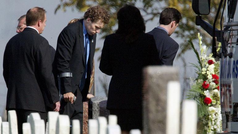 10 октября 2003 года. Эльмира. Дэни ХИТЛИ (на костылях) на похоронах Дэна Снайдера, который после аварии в конце сентября впоследствии скончался от полученных травм. Фото Reuters