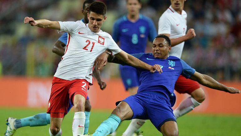 Вчера. Польша - Голландия - 1:2. Бартош КАПУСТКА (слева) и Кенни ТЕТЕ. Фото AFP