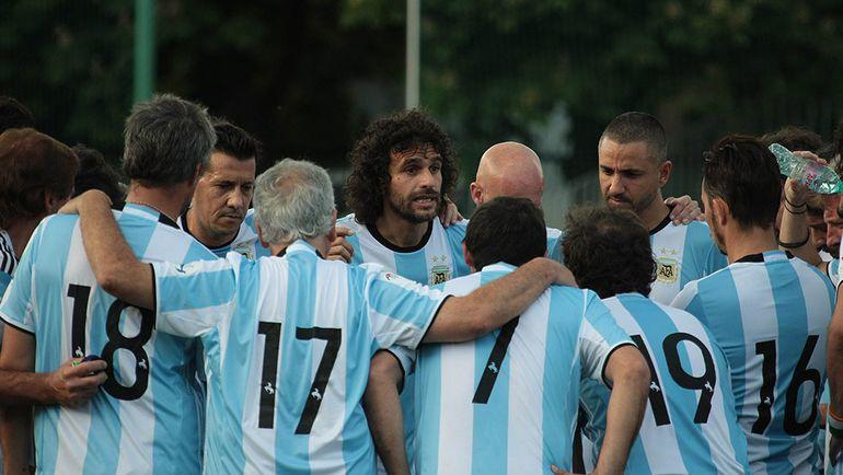 Эктор БРАКАМОНТЕ и его сборная Аргентины среди артистов. Фото art-football.ru