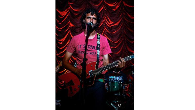 Эктор БРАКАМОНТЕ на сцене в собственном баре Balcón de Blues. Фото Facebook
