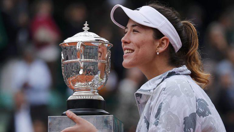 Суббота. Париж. Гарбинье МУГУРУСА с кубком за победу на Roland Garros. Фото Reuters