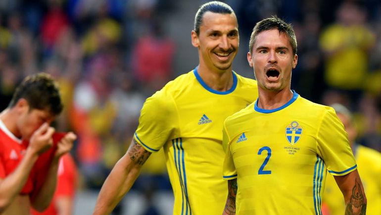 Воскресенье. Стокгольм. Швеция - Уэльс - 3:0. 57-я минута. Златан ИБРАГИМОВИЧ и Микаэль ЛУСТИГ празднуют второй гол в игре. Фото Reuters