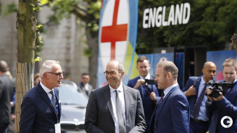 Сегодня. Сборная Англии прилетела во Францию. Уэйн РУНИ(справа).