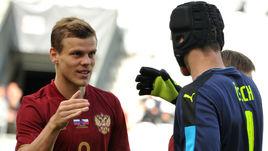 1 июня. Инсбрук. Чехия - Россия - 2:1. Александр КОКОРИН (слева) и Петр ЧЕХ.