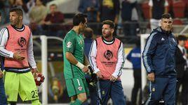 Без Месси и Суареса: Аргентина побеждает Чили, Уругвай разбит Мексикой