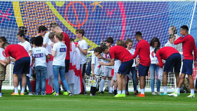 Вторник. Шантийи. Игроки сборной Англии общаются с местной детворой. Фото Александр ФЕДОРОВ, «СЭ»