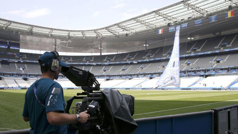"""Оператор настраивает камеру на """"Стад де Франс"""", где пройдет стартовый матч Euro-2016. Фото Reuters"""