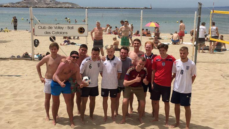 Российские и английские болельщики сразились в футволей на пляже Марселя. Фото Дмитрий ЗЕЛЕНОВ, «СЭ»