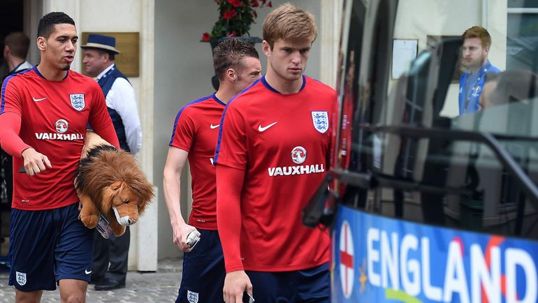 Защитник Крис СМОЛЛИНГ (слева) с талисманом сборной Англии. Фото AFP