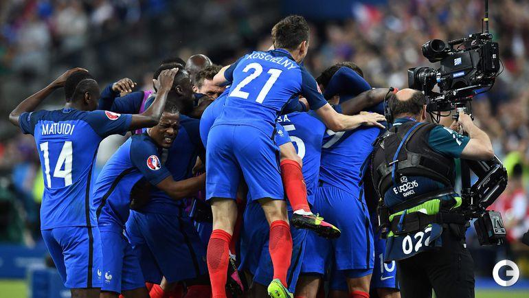 Пятница. Сен-Дени. Франция - Румыния - 2:1. Игроки сборной Франции радуются победе.