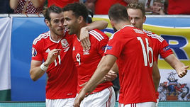 Сегодня. Бордо. Уэльс - Словакия - 2:1. 81-я минута. Гарет БЭЙЛ (№11) и Хэл РОБСОН-КАНУ (№9) празднуют победный гол.