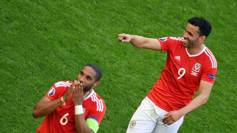 11 июня. Бордо. Уэльс - Словакия - 2:1. Автор победного гола Хэл РОБСОН-КАНУ (№9). Фото AFP