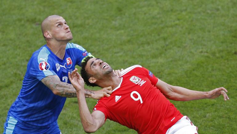 Сегодня. Бордо. Уэльс - Словакия - 2:1. Мартин ШКРТЕЛ (слева) и автор победного гола Хэл РОБСОН-КАНУ. Фото Reuters