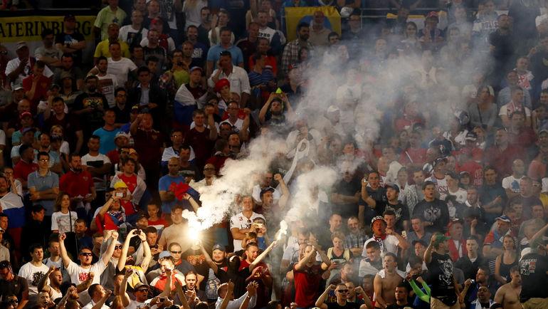 Суббота. Марсель. Англия - Россия - 1:1. Файер на трибуне с российскими болельщиками. Фото Reuters