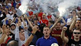 Суббота. Марсель. Англия - Россия - 1:1. Файер на трибуне с российскими болельщиками.