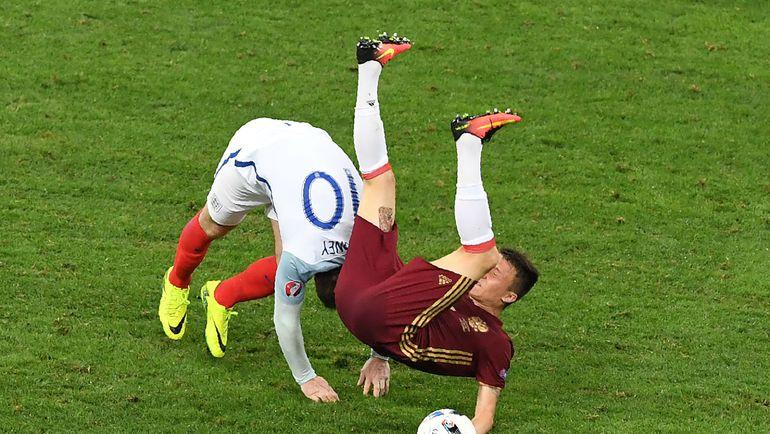 Суббота. Марсель. Англия - Россия - 1:1. Уэйн РУНИ сбивает Александра ГОЛОВИНА. Фото AFP