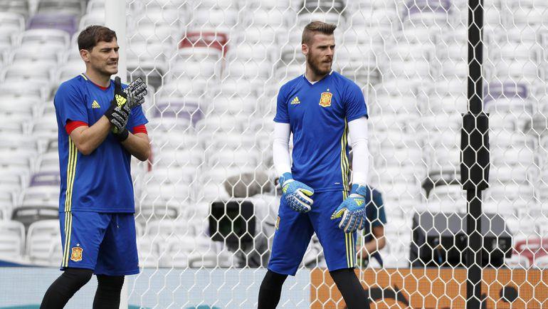 Вчера. Тулуза. Икер КАСИЛЬЯС (слева) и Давид ДЕ ХЕА на тренировке сборной Испании. Фото Reuters