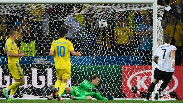 90+2-я минута. Бастиан ШВАЙНШТАЙГЕР (7) забил второй мяч в ворота сборной Украины. Фото AFP