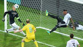 Вчера. Лилль. Германия - Украина - 2:0. Джером БОАТЕНГ выбивает мяч из ворот Мануэля НОЙЕРА.